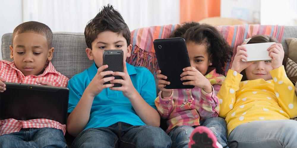 enfants jouant avec des appareils électroniques